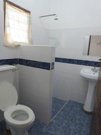 Dhows Inn: bathroom