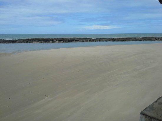 Praia Bonita Resort & Convention: Maré baixa na praia próxima ao hotel