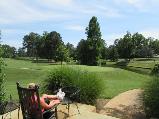 Woodlands Hotel & Suites - Colonial Williamsburg: Watching golfers