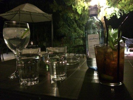 Hospederia Rural Jardines de Casablanca : Drinks in the garden!