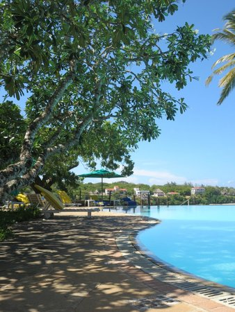 Mnarani Club & Spa: poolside