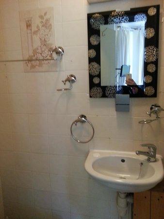 Verdene Hotel B&B: bathroom - dated but clean