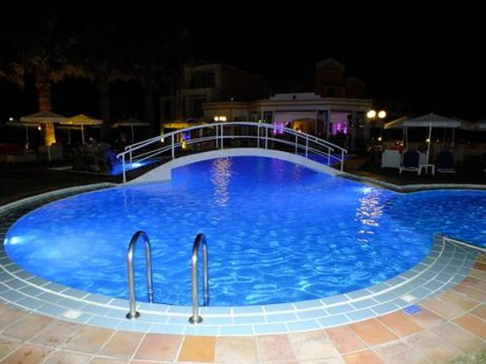 Mike Hotel & Apartments : pool view at night