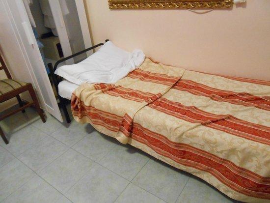Hotel Cortorillo : Cama delante de Placard