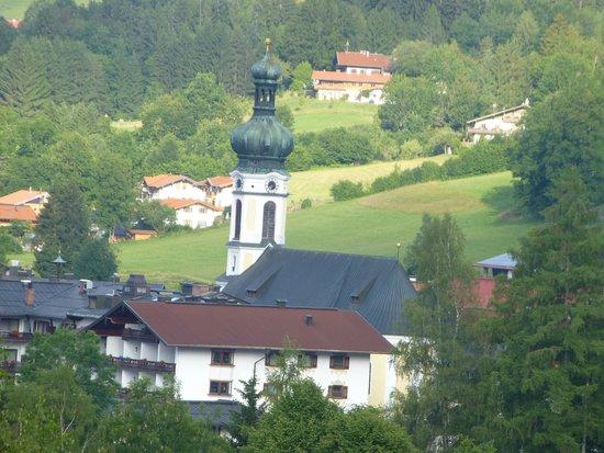 Ferienwohnungen Neumaier: Blick zum Kirchturm von Reit im Winkel