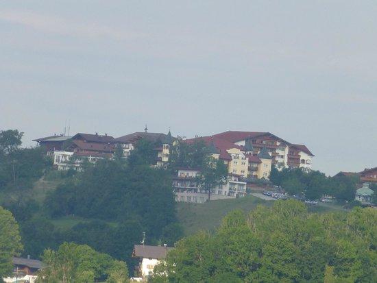 Ferienwohnungen Neumaier: Blick zum Hotel Petershof vom Zimmer /Balkon
