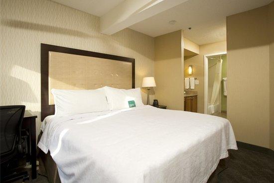 Homewood Suites Alexandria: Our king suite bedroom