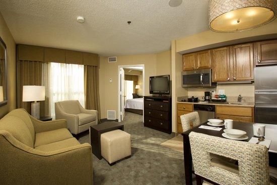 Homewood Suites Alexandria: Eentrance to our king suite