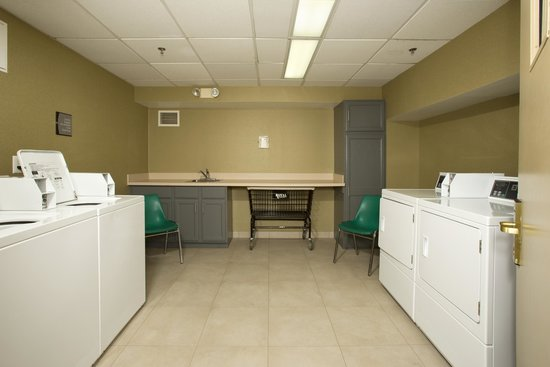 Homewood Suites Alexandria: Guest Laundry Room