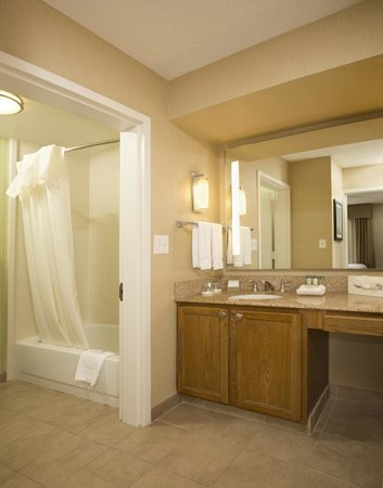 Homewood Suites Alexandria: Bathroom area