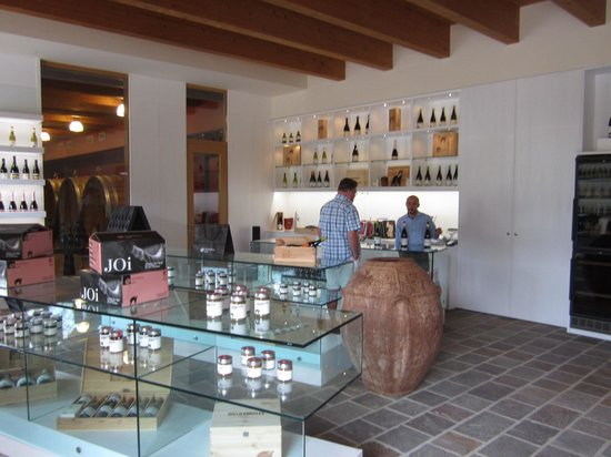 Savoy Beach Hotel: Their own winery and olive oil Acienda Agricola 5 km from the hotel  good wines!