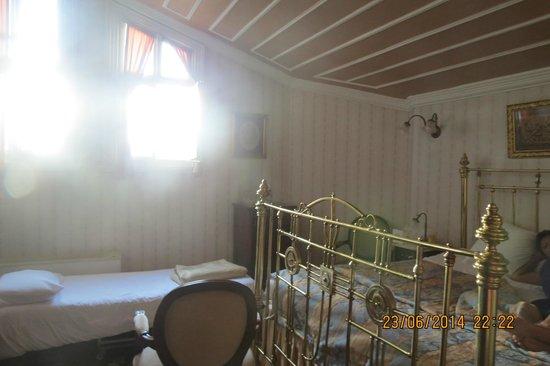 Hotel Yesil Ev: high window, nice beds