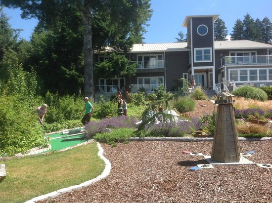 A Lighthouse on Hammersley Bed and Breakfast : House and Putt-Putt Course