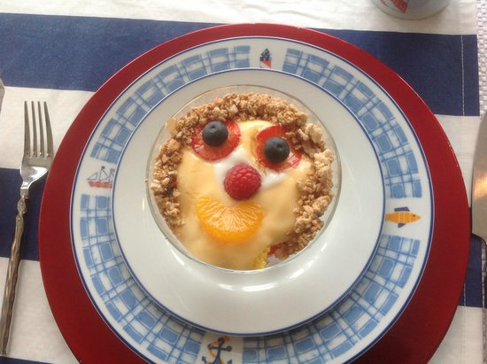 A Lighthouse on Hammersley Bed and Breakfast : Smiles at breakfast.