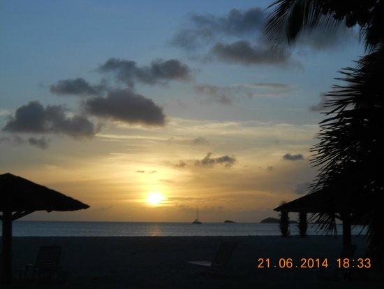 Starfish Jolly Beach Resort : sunset on beach
