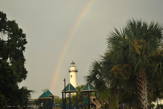 Ocean Inn and Suites: the lighthouse across from the hotel