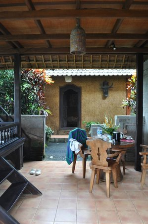 Tanah Merah Art Resort: downstairs at the villa and view of the kids house-2 single beds separate house