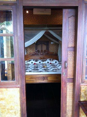 Tanah Merah Art Resort: bedroom upstairs in villa
