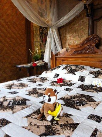 Tanah Merah Art Resort: master bedroom in the villa