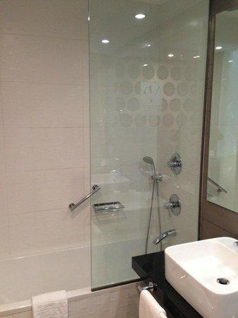 Vincci Seleccion Posada del Patio: Shower over bath