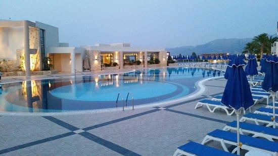 Zicht op Grand Hotel Holiday Resort