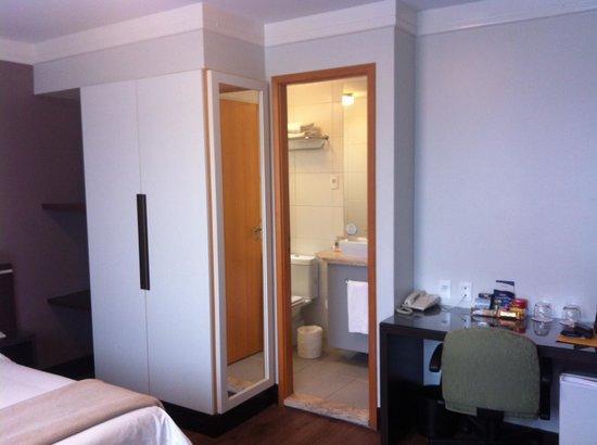Intercity Nacoes Unidas: quarto e banheiro