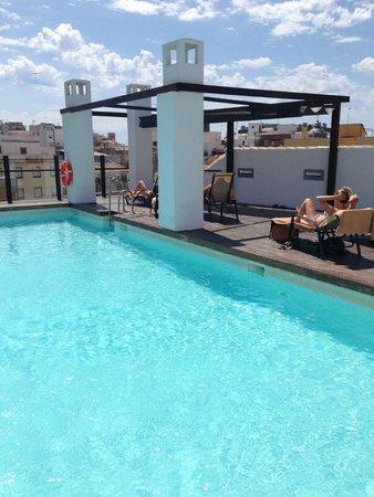 Vincci Seleccion Posada del Patio : Pool - needs more beds