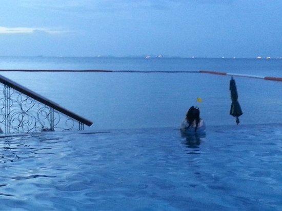 Novotel Pattaya Modus Beachfront Resort: Swimming pool and pool bar at beachfront