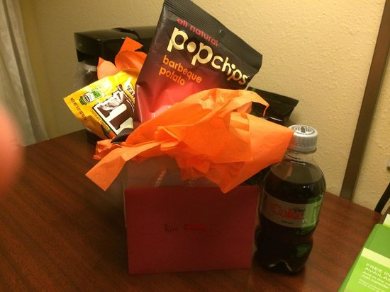 Courtyard Dallas Lewisville: Bag of treats waiting in my room