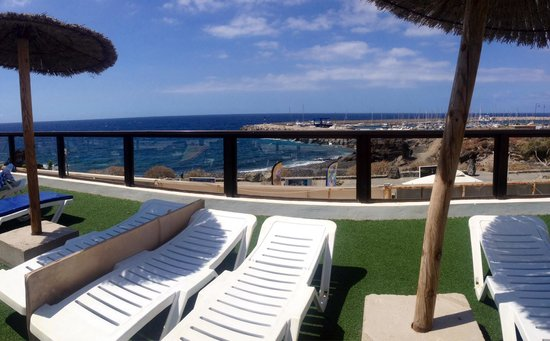 Aguamarina Golf Apartments: View from the sun loungers over to the beach