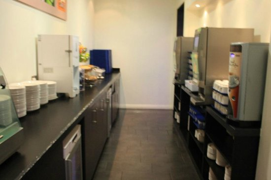 Holiday Inn Express Manchester City Centre Arena: Buffet breakfast area, included on all our rates.
