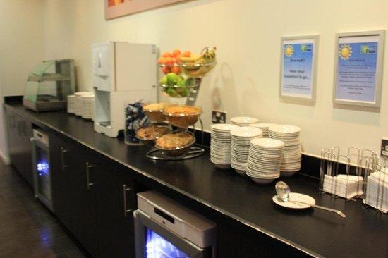 Holiday Inn Express Manchester City Centre Arena: Breakfast Buffet area