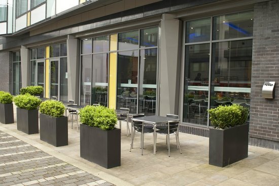 Holiday Inn Express Manchester City Centre Arena: Outside patio area, ideal for a drink in the sun.
