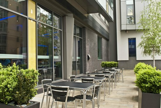 Holiday Inn Express Manchester City Centre Arena: Outside patio area.