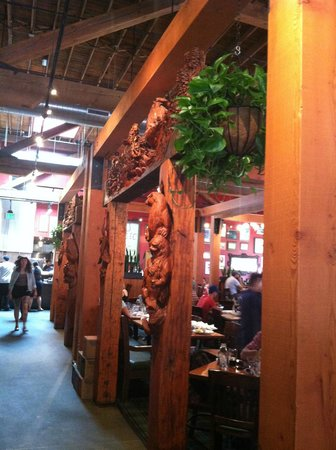 Deschutes Brewery: Cool wood carvings