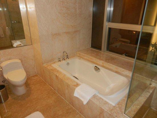 Marco Polo Shenzhen: Full Bathroom!