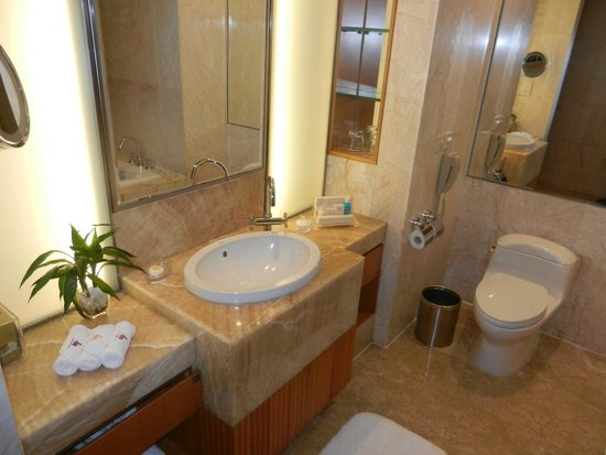 Marco Polo Shenzhen: Full Bathroom!