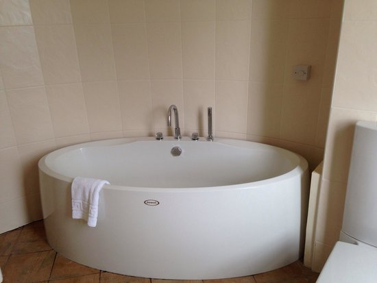 Airth Castle & Hotel: Amazing bath - shame all bedrooms aren't to this standard