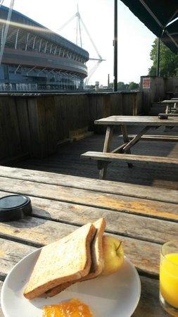 NosDa Hostel & Bar: Breakfast on the patio
