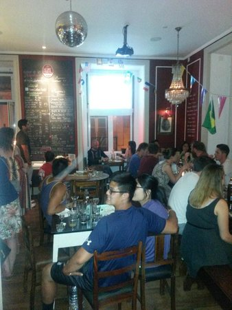 Home Lisbon Hostel: The bar/dining room