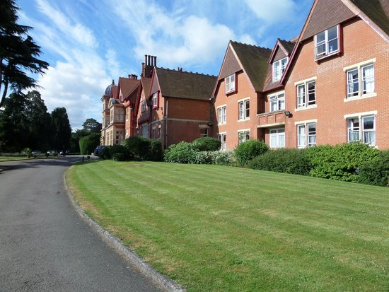 Pendley Manor Hotel: Pendley and lawn
