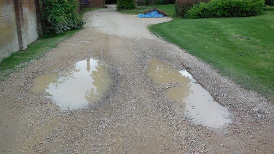 Norton Park - A QHotel: Manor House poorly maintained driveway