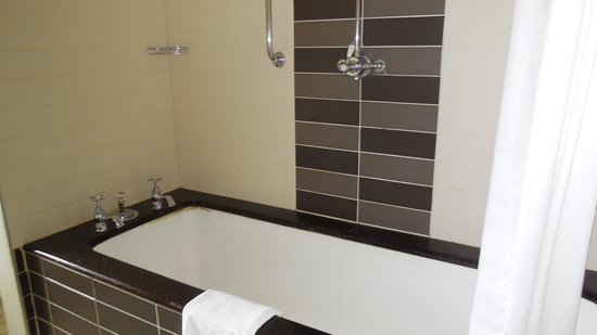 Norton Park - A QHotel: Big old cast iron bath with mediocre shower
