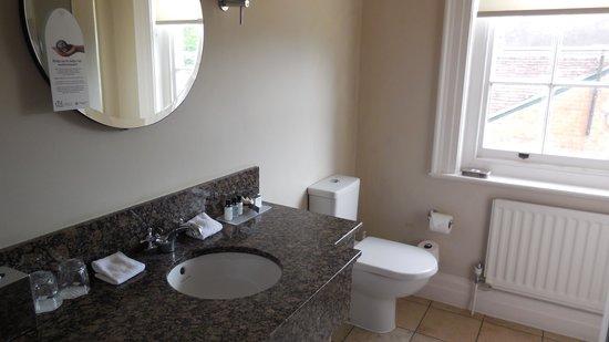 Norton Park - A QHotel: Looking into bathroom