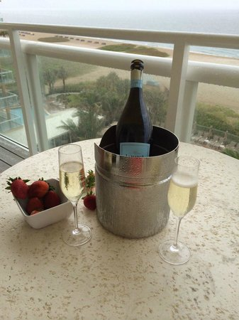Fort Lauderdale Marriott Pompano Beach Resort & Spa : Room service at the balcony