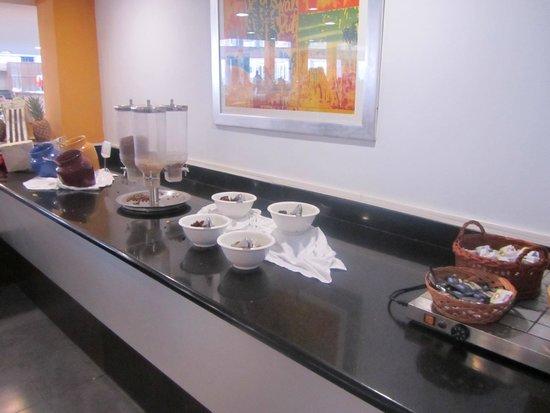 SunConnect Cabogata Garden: Cornflakes en gedroogde vruchten ontbijt