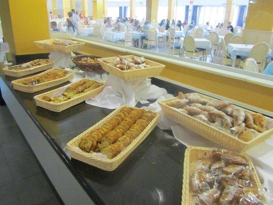 SunConnect Cabogata Garden: Croissants, cakejes en ander gebak ontbijt