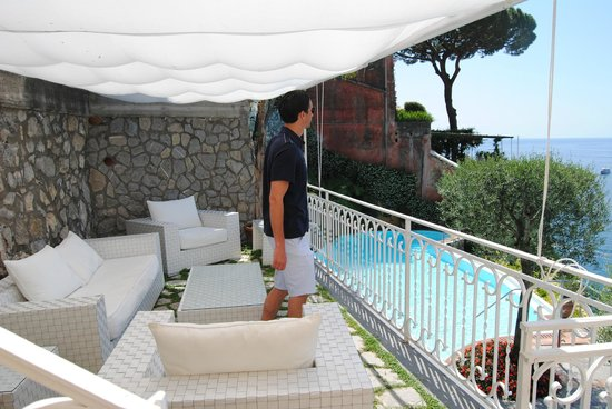 Hotel Marincanto: Lounge area above the infinity pool