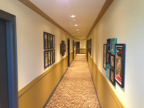 Mark Spencer Hotel: The corridor to our room had interesting artwork