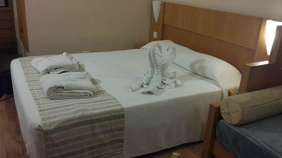 Louis Phaethon Beach: Bed when we arrived